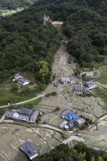 ため池が決壊した広島県福山市の土砂崩れ現場=7月