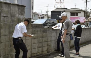 中学校の通学路のブロック塀を点検する大阪府高槻市教育委員会の職員ら