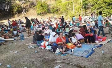 屋外で避難生活を続ける人々=10日、インドネシア・ロンボク島(国家災害対策庁提供・共同)