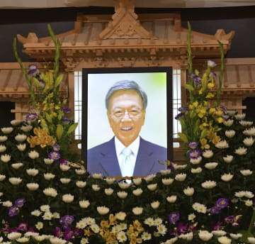 翁長雄志沖縄県知事の通夜の祭壇に飾られた遺影=10日午後、那覇市