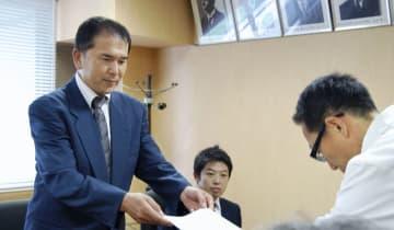 群馬大病院側に要望書を手渡す遺族会の木村豊代表=6日午後、前橋市