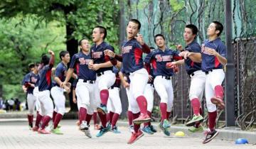 入念にアップをする日南学園の選手たち=兵庫県尼崎市のベイコム野球場