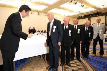 安倍首相(左)に要望書を手渡した被爆者5団体の代表=長崎市大黒町、ホテルニュー長崎