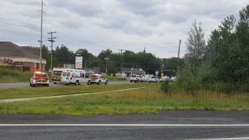 銃撃事件が起きたカナダ東部フレデリクトンで、出動した緊急車両=10日(ケブ・ボーク氏撮影、ロイター=共同)