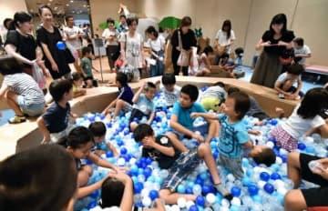 多くの子どもでにぎわうダンボールアート遊園地=鹿児島市の黎明館