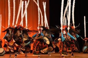 勇壮な舞を披露し「高校日本一」に輝いた花巻農鹿踊り部=8日、長野県伊那市・県伊那文化会館