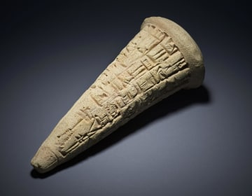 イラク側に引き渡された約5千年前の円すい状の遺物。くさび形文字が刻まれている(大英博物館提供・共同)