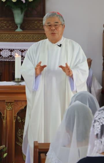 世界文化遺産登録を祝うミサであいさつする前田枢機卿=新上五島町、頭ケ島天主堂
