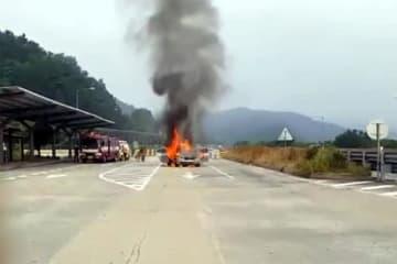 韓国の高速道路のパーキングエリアで炎上するBMW(FNNニュース)