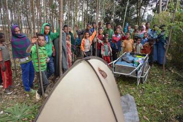 テント設営を物珍しそうに眺める子ども=14年12月17日、エチオピア (吉田さん提供)