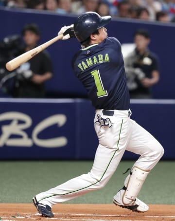 1回ヤクルト2死、山田哲が左中間に先制本塁打を放つ=ナゴヤドーム