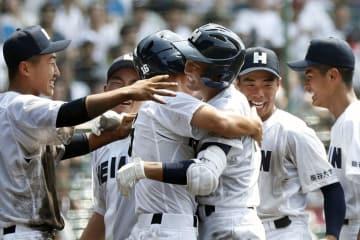 龍谷大平安―鳥取城北 9回裏、サヨナラ打を放ち、ナインに迎えられ笑顔の龍谷大平安・安井(右から3人目)=甲子園