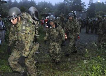 群馬県の防災ヘリコプターが墜落した事故で、乗員の救出活動に向かう自衛隊員=11日午前5時18分、長野県山ノ内町