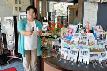 「ブレーメン」の殺処分ゼロプロジェクトの印鑑を持つ博栄堂印房の上田徳子さん。印鑑のインクは6色から、字体も選べる=熊本市中央区