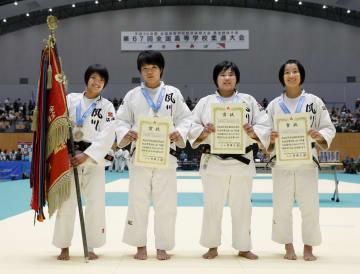 女子団体で優勝し、笑顔を見せる夙川学院の選手ら=津市産業SC