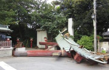 倒壊した埼玉県久喜市の鷲宮神社の鳥居=11日
