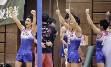 団体総合優勝し、喜ぶ白井健三(左端)ら日体大の選手=ベイコム総合体育館
