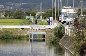 遺体の一部が見つかった滋賀県草津市の農業用排水路=11日午前11時36分