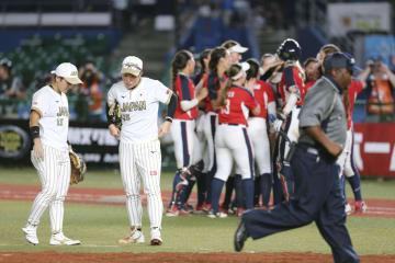 米国にサヨナラ負けを喫し、肩を落とす藤田(左から2人目)=ZOZOマリン