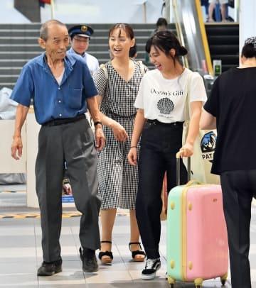 久しぶりの再会を喜ぶ家族連れ=8月11日午前11時15分ごろ、福井市のJR福井駅