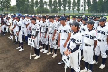 県選抜中学野球の開会式で整列する出場校の選手=さくら運動公園野球場、根本樹郎撮影
