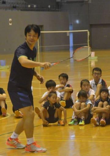 子どもたちに、打ち方を実演してみせる元日本代表の町田さん =11日、小田原アリーナ