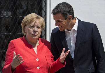 11日、スペイン南部サンルカルデバラメダでサンチェス首相(右)と話すドイツのメルケル首相(AP=共同)