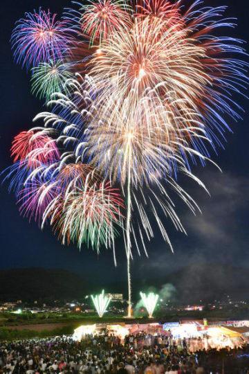 鮮やかな花火が打ち上がり、夏の夜空を焦がす盛岡花火の祭典=11日午後7時37分、盛岡市・都南大橋下流