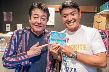 TUBEの前田亘輝さん(左)と、パーソナリティの丸山茂樹