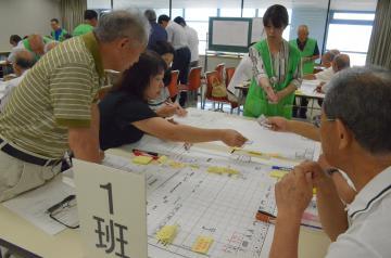 避難所運営ゲームに取り組む参加者=常陸太田市金井町の市役所