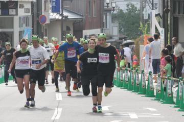 筑波山がまレースの「ガップルの部」で二人三脚で力走する男女ペア=つくば市筑波