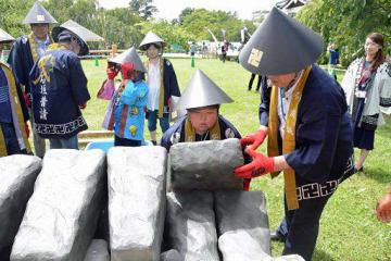 石模型を積み上げる参加者