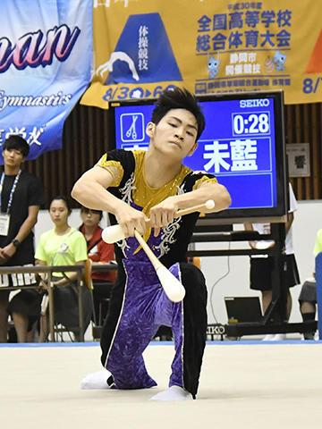 ダイナミックさとしなやかさを兼ね備えたクラブ演技を見せる安藤未藍=草薙総合運動場体育館