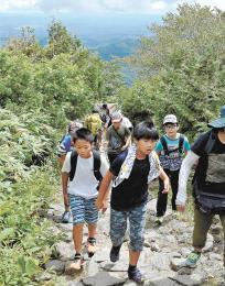 夏山登山を楽しむ市民