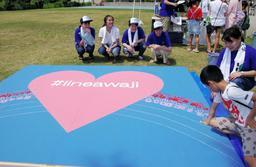 アート作品作りに取り組む神戸学院大の学生ら=浦県民サンビーチ