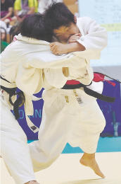 女子52キロ級決勝 敬愛・藤本(左)と組み合う東北・対馬