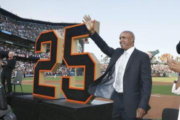 ジャイアンツ現役時代の背番号25を永久欠番とするセレモニーで、スタンドの声援に応えるバリー・ボンズ氏=11日、サンフランシスコ(ゲッティ=共同)