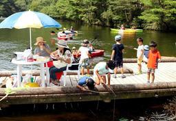 ハワイに見立てた穂高湖で楽しむ親子連れら=穂高湖