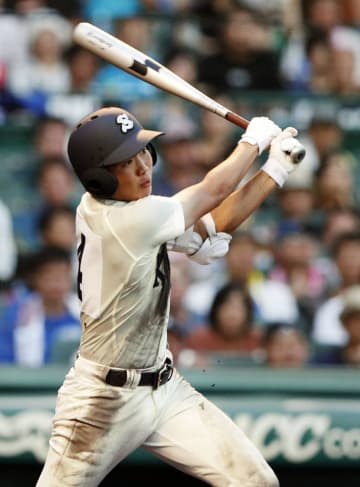 慶応―高知商 2回表高知商2死一、二塁、藤田が右中間に2点三塁打を放つ=甲子園