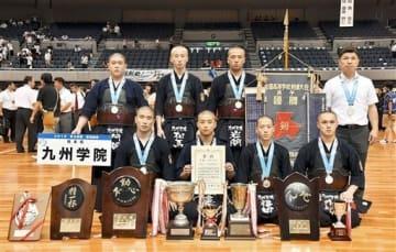 剣道男子団体で2年ぶり7度目の優勝を飾った九州学院のメンバー=三重県営サンアリーナ(池田祐介)