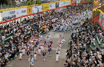 徳島市で開幕した「阿波おどり」=12日午後、徳島市