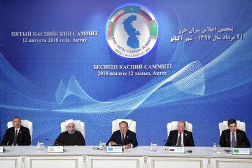 12日、カザフスタン西部アクタウで、カスピ海の法的地位に関する協定の署名式に参加した沿岸5カ国首脳(タス=共同)