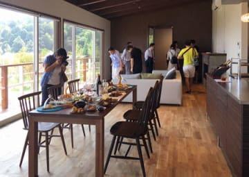 内覧会で披露されたシエナヒルズのヴィラ。丹後産の食材を使ったディナーも楽しめる(京都府宮津市日置)