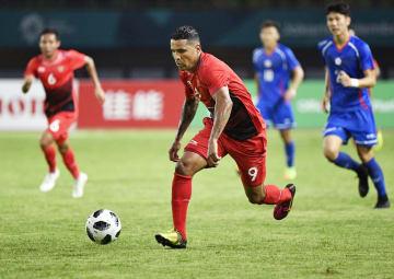 アジア大会・サッカー男子1次リーグの台湾戦で、攻め込むインドネシア選手=ブカシ(共同)