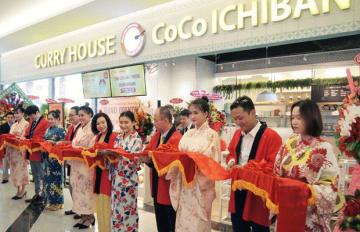 壱番屋は8日、「カレーハウスCoCo壱番屋」のベトナム1号店をオープンした。開店のセレモニーでテープカットをする関係者ら=ホーチミン市