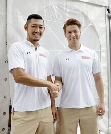 新シーズンの共同主将に就いた小林慎太郎(左)と古野拓巳=熊本市中央区