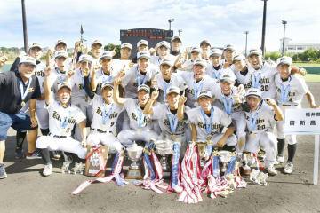 全国高校総体ソフトボール競技で優勝した男子啓新=8月12日、三重県熊野市の山崎運動公園くまのスタジアム