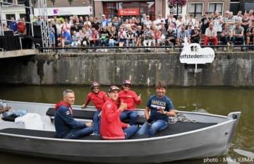 船上からカメラに笑顔で応えるバーレーン・メリダの選手たち:Photo Miwa IIJIMA