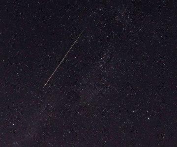 ペルセウス座流星群の流星と夏の大三角=13日未明、福岡市内
