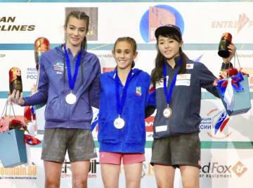 スポーツクライミングの世界ユース選手権で3位に入った伊藤ふたば(右)=モスクワ(日本山岳・スポーツクライミング協会提供・共同)